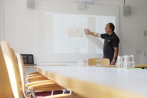 Mann nutzt Beamer mit Touch-Display