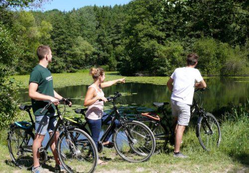 Jugendliche mit Fahrrädern an einem See